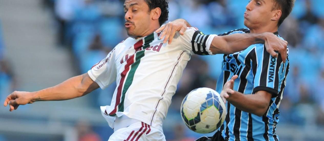 Fred disputa a bola no duelo entre Fluminense e Grêmio Foto: Agência Photocamera / Divulgação