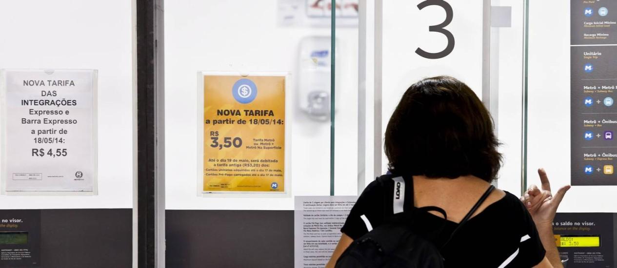 Cartaz em estação do metrô informa sobre nova tarifa Foto: Simone Marinho / Agência O Globo