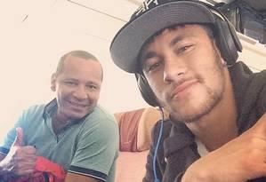 Neymar volta ao Brasil com seu pai depois de perder o título Campeonato Espanhol. Atacante do Barcelona e da seleção brasileira publicou foto do avião em seu perfil no Instagram. Foto: Reprodução do Instagram