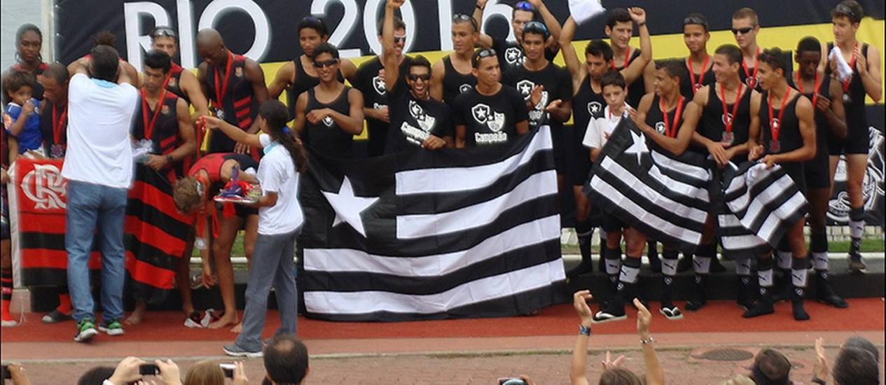 Regata. Remadores do Botafogo e do Flamengo festejam no pódio na Lagoa Foto: Divulgação/Remo em Voga