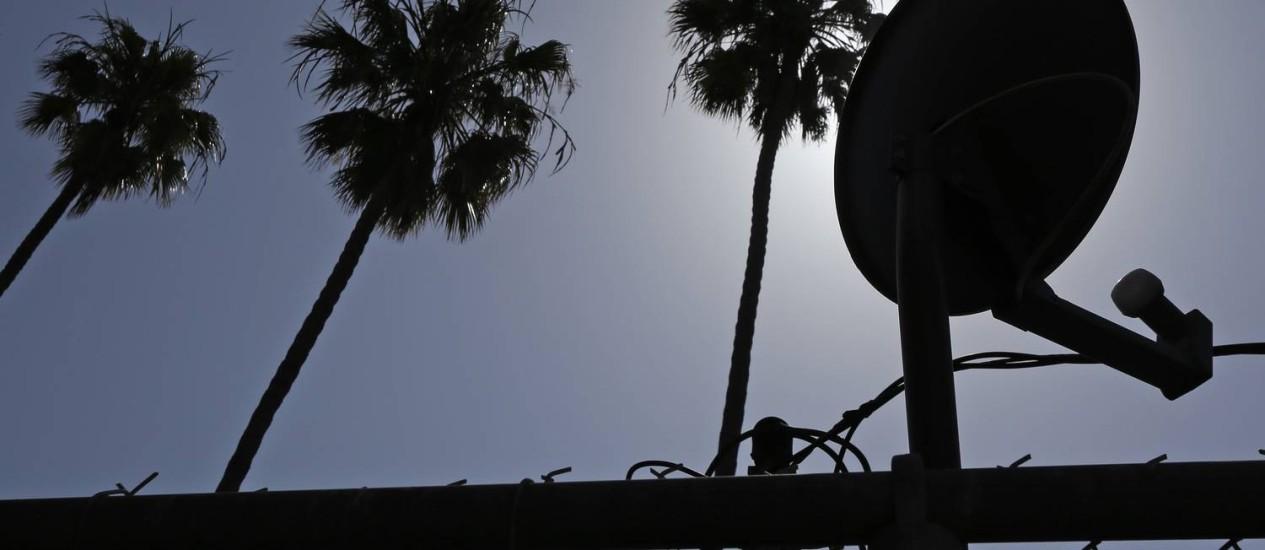 Equipamento da DirecTV no telhado de prédio em Los Angeles Foto: JONATHAN ALCORN/REUTERS