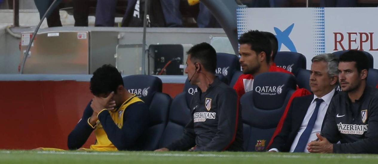 Diego Costa chora no banco de reservas do Atlético de Madrid depois de sentir dores musculares na coxa direita Foto: AP/Andres Kudacki