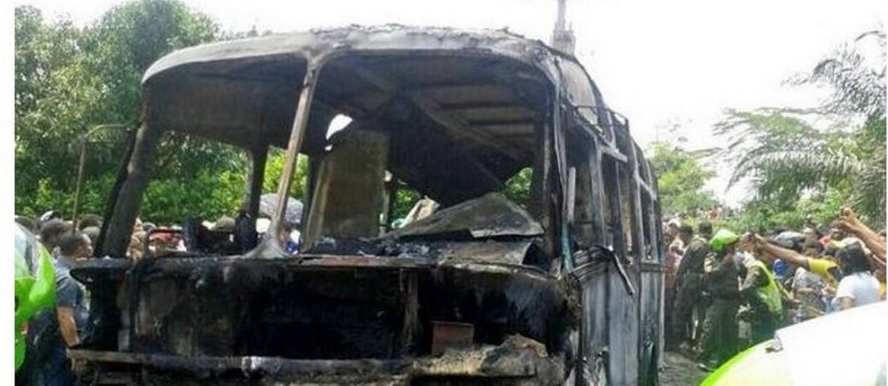 Ônibus incendiado após explosão na Colômbia Foto: Reprodução de Twitter