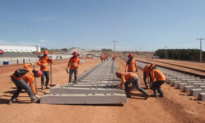 Em ritmo acelerado, trabalhadores acomodam dormentes para a ferrovia Norte- Sul, no trecho entre Palmas (TO) e Anápolis (GO), de 855 km - Ailton de  Freitas ... e5e24c4d07