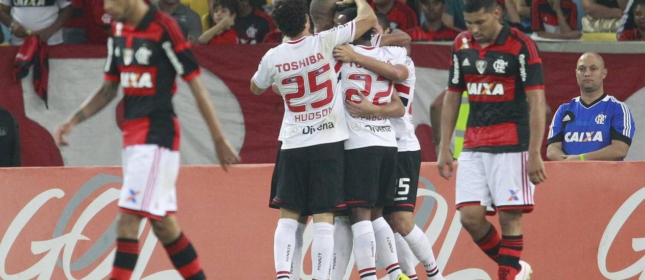 Jogadores do Flamengo lamentam enquanto os do São Paulo comemoram no Maracanã Foto: Márcio Alves / Agência O Globo