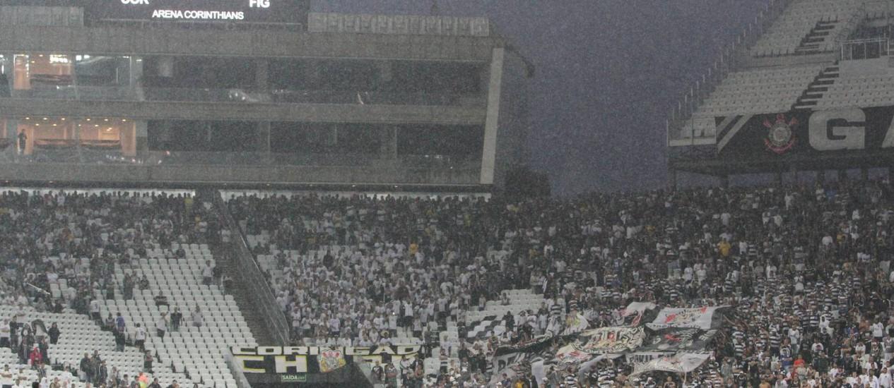 Choveu muito no primeiro jogo oficial do Itaquerão, entre Corinthians e Figueirense Foto: Michel Filho / Agência O Globo