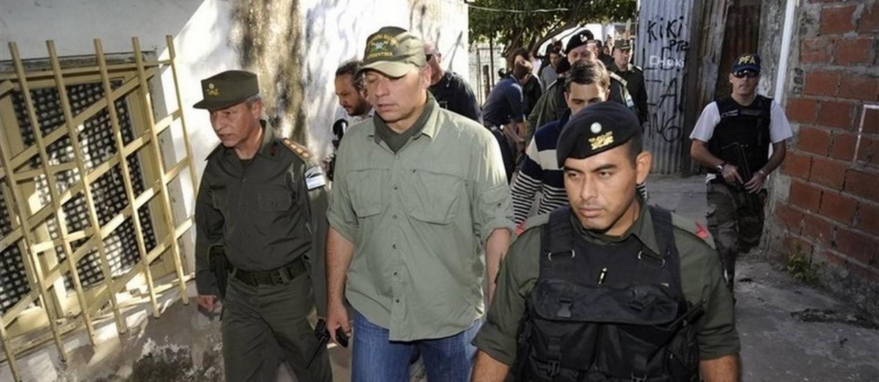 Secretário de Segurança, Sergio Berni, numa operação antidrogas na favela de Villa Banana, em Rosario, na Argentina, em abril de 2014 Foto: Marcelo Manera/La Nación