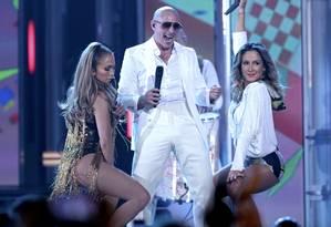 "Jennifer Lopes, Pitbull e Claudia Leitte cantam a música ""We are one"", tema da Copa do Mundo Foto: STEVE MARCUS / REUTERS"