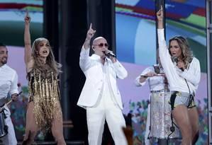 "Jennifer Lopez, Pitbull e Claudia Leitte cantam o tema da Copa, ""We are one"" Foto: STEVE MARCUS / REUTERS"