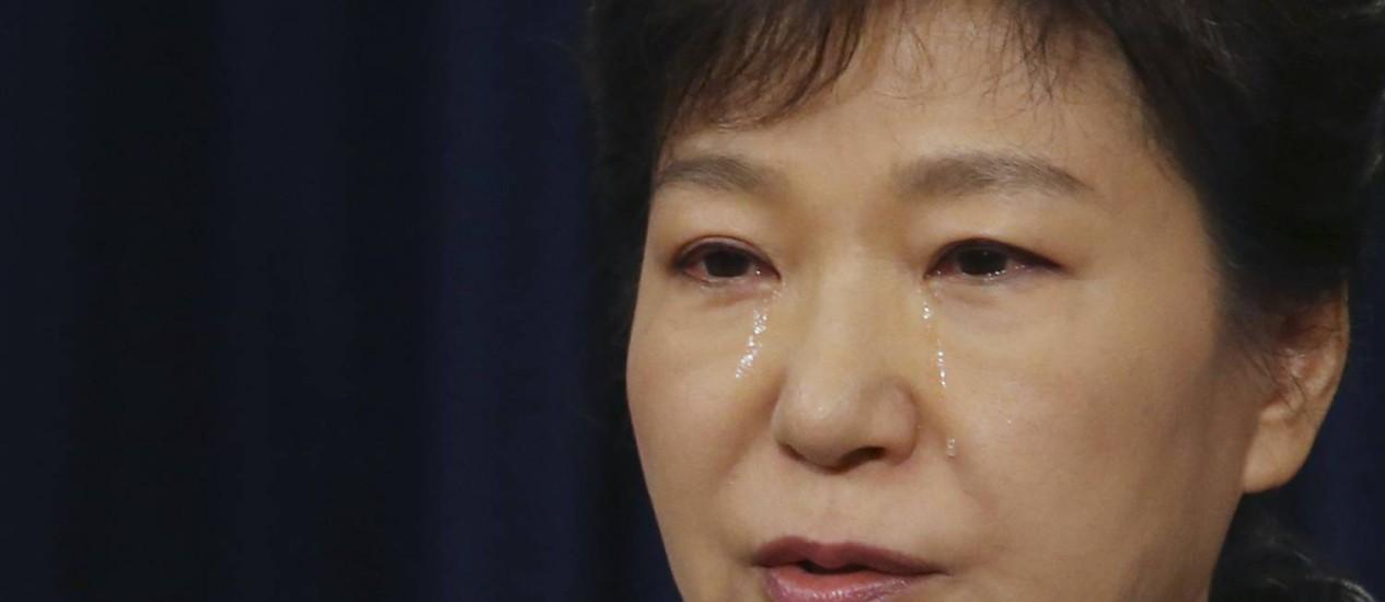 A presidente da Coreia do Sul, Park Geun-hye, chora durante discurso em que defendeu o fim da guarda costeira Foto: YONHAP / REUTERS