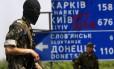 Militantes pró-russos se posicionam em um cruzamento perto da aldeia da Ucrânia oriental de Semenivka