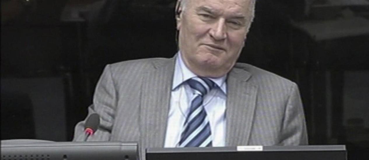 Ratko Mladic sorri durante sua aparição no tribunal de crimes de guerra em Haia na, Holanda, em 28 de janeiro Foto: Uncredited / AP