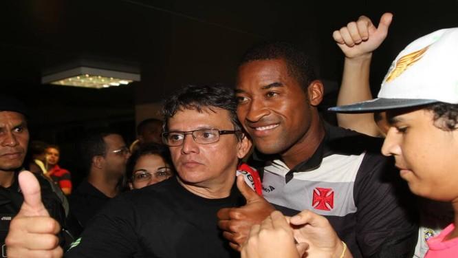 Edmilson tira foto com torcedores na chegada em Teresina Foto: Efrém Ribeiro