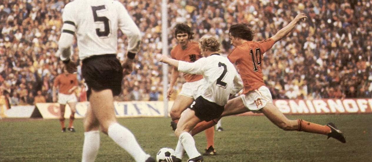 Cruyff em ação na Copa de 74. Holanda foi o destaque da competição com um futebol revolucionário, mas perdeu a final pela Alemanha e ficou com o vice Foto: Arquivo / O Globo