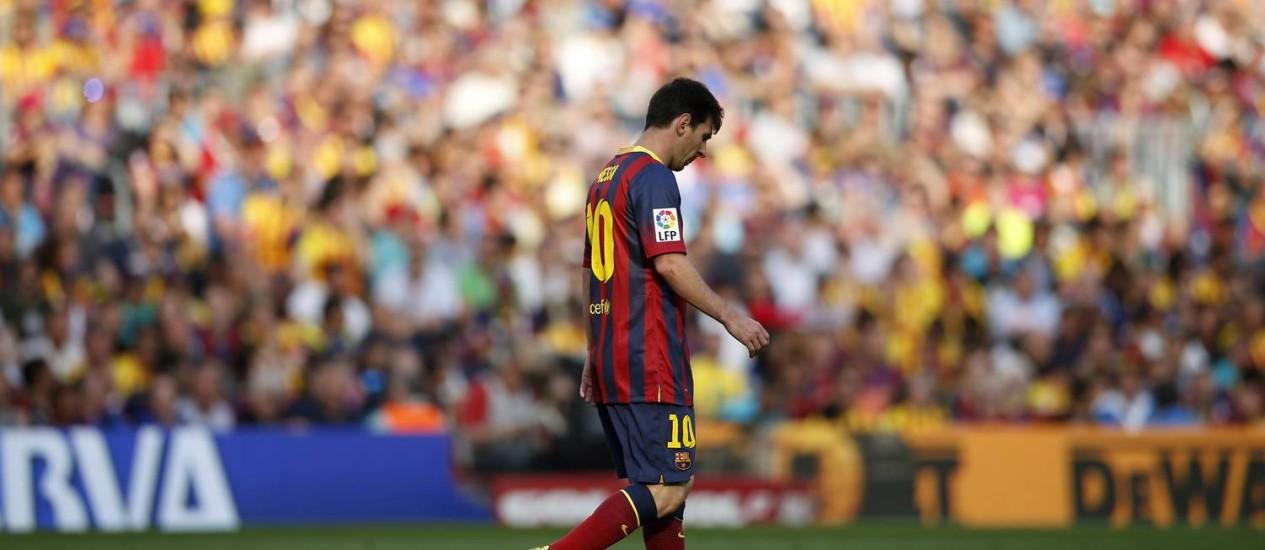 Messi ao deixar o campo contra o Atlético Madrid: cabisbaixo e alvo de vaias da torcida Foto: ALBERT GEA / REUTERS