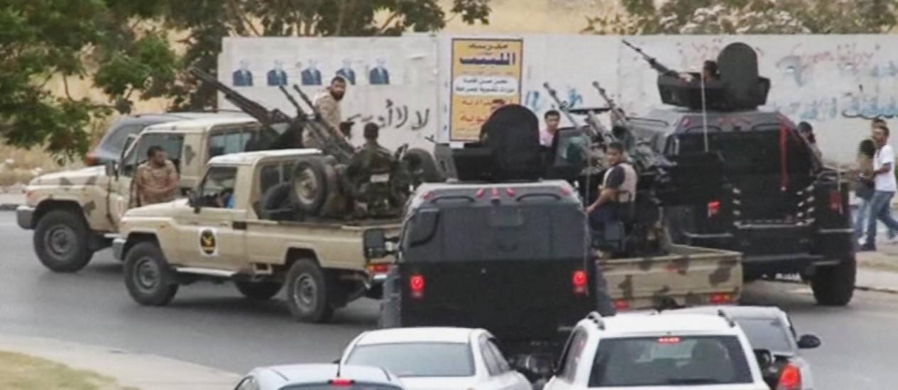 Grupo de rebeldes atacam prédio do parlamento em Trípolo com armamento pesado Foto: AP
