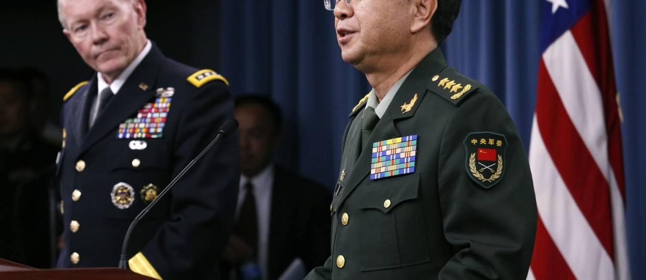 Chefe do Estado-Maior Conjunto dos EUA, o general Martin Dempsey (à esq.), e o chefe de Estado-Maior do Exército de Libertação do Povo Chinês, Fang Fenghui, após reunião no Pentágono, em 15 de maio Foto: YURI GRIPAS / REUTERS