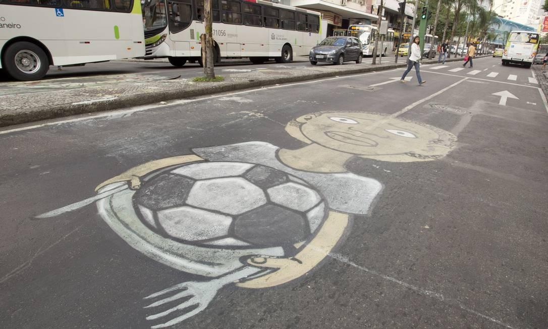 Na Rua Dias da Cruz, no Méier, desenho mostra uma bola no prato de comida de uma criança Márcia Foletto / O Globo
