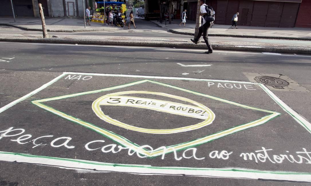 Os desenhos ocupam a extensão da Dias da Cruz, entre as ruas Oliveira e Manoel Barbosa. Na foto, a bandeira do Brasil ganha novos detalhes Foto: Márcia Foletto / Agência O Globo