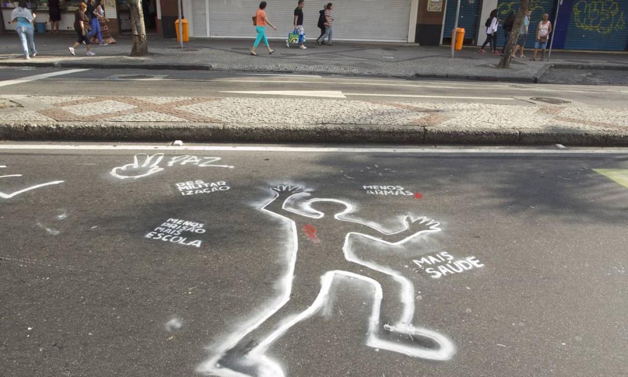 A decoração anti-Copa foi feita neste domingo, segundo moradores, quando a rua fica fechada para lazer Foto: Márcia Foletto / Agência O Globo