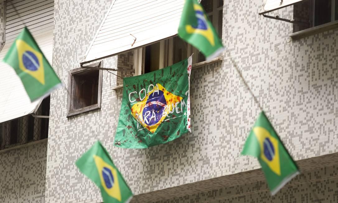 """Na Rua Honório de Barros, no Flamengo, uma bandeira do Brasil, estendida no primeiro andar do prédio de número 25, com a frase """"Copa para quem?"""" Márcia Foletto / Agência O Globo"""