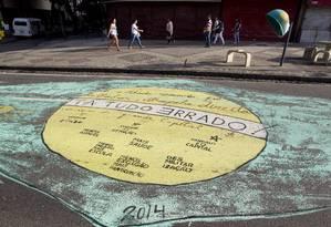 """Na Rua Dias da Cruz, no Méier, a frase """"Ordem e Progresso"""", da bandeira do Brasil, foi substituída pela frase """"Tá tudo Errado"""", com o E escrito ao contrário Foto: Márcia Foletto / Agência O Globo"""