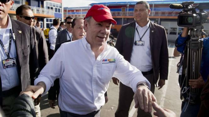 Presidente da Colômbia, Juan Manuel Santos, aperta mão de simpatizantes no último dia de campanha em Bogotá Foto: EITAN ABRAMOVICH / AFP