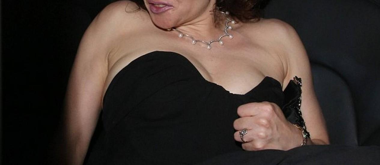 Derrotada no prêmio Bafta de TV, Helena Bonham Carter perde a pose no pós-festa Foto: © FameFlynet.uk.com