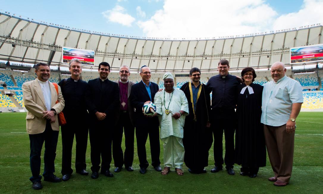 Líderes religiosos posam para foto em evento ecumêmico no Maracanã Foto: Elisa Pires/ Divulgação/Arquidiocese