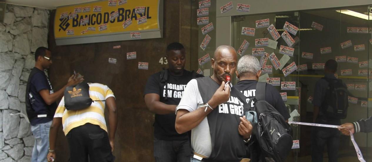Ato dos vigilantes na manhã desta segunda-feira, no Leblon Foto: Gabriel de Paiva / Agência O Globo
