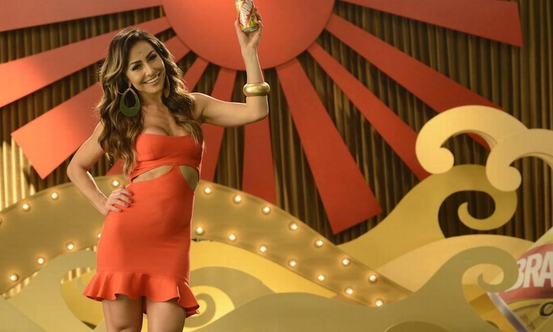 Sabrina é garota-propaganda de marca de cerveja, em anúncio veiculado em várias mídias Foto: / Divulgação