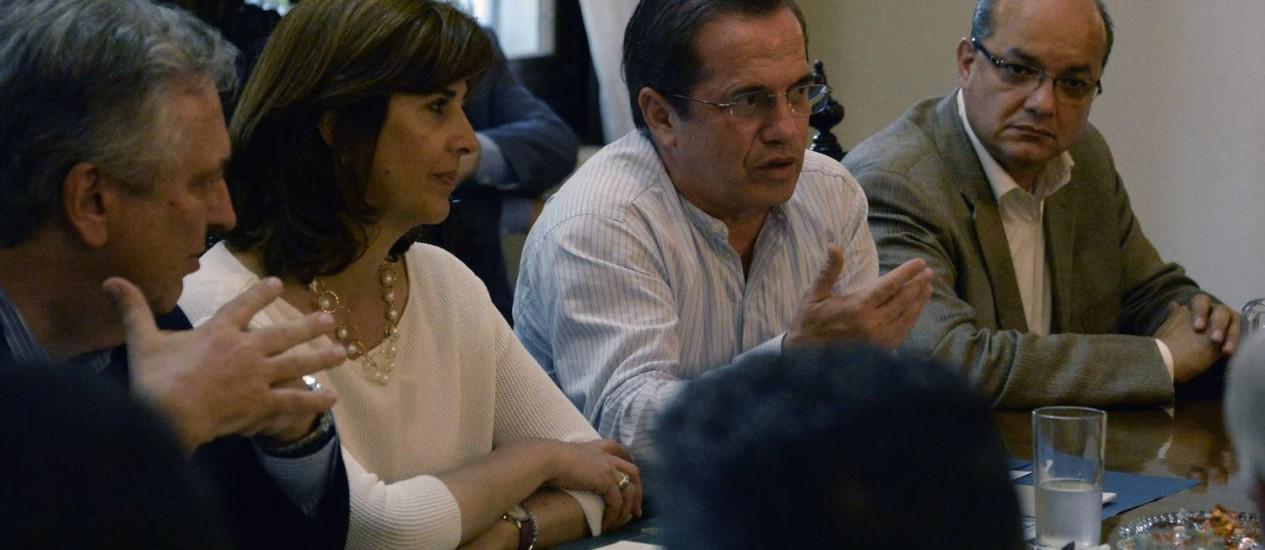 Chanceleres Luiz Alberto Figueiredo (esquerda), Maria Angela Olgin (centro), e Ricardo Patiño (direita), participam de reunião com líderes da oposição venezuelana em Caracas. Depois de encontro sem progressos, trio deve conversar com o governo numa tentativa de restabelecer os diálogos de paz na Venezuela Foto: JUAN BARRETO / AFP