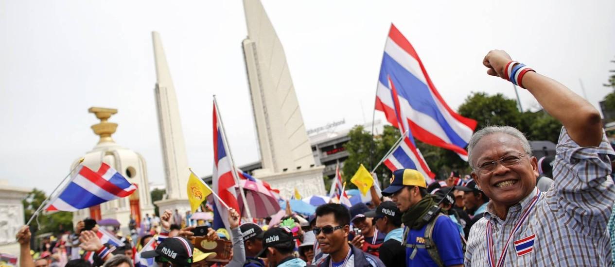 Líder da oposição tailandesa, Suthep Thaugsuban (direita) comanda marcha no Monumento à Democracia, em Bangcoc. Manifestações contra o governo e crise política levaram militares a decretar lei marcial no país Foto: ATHIT PERAWONGMETHA / REUTERS