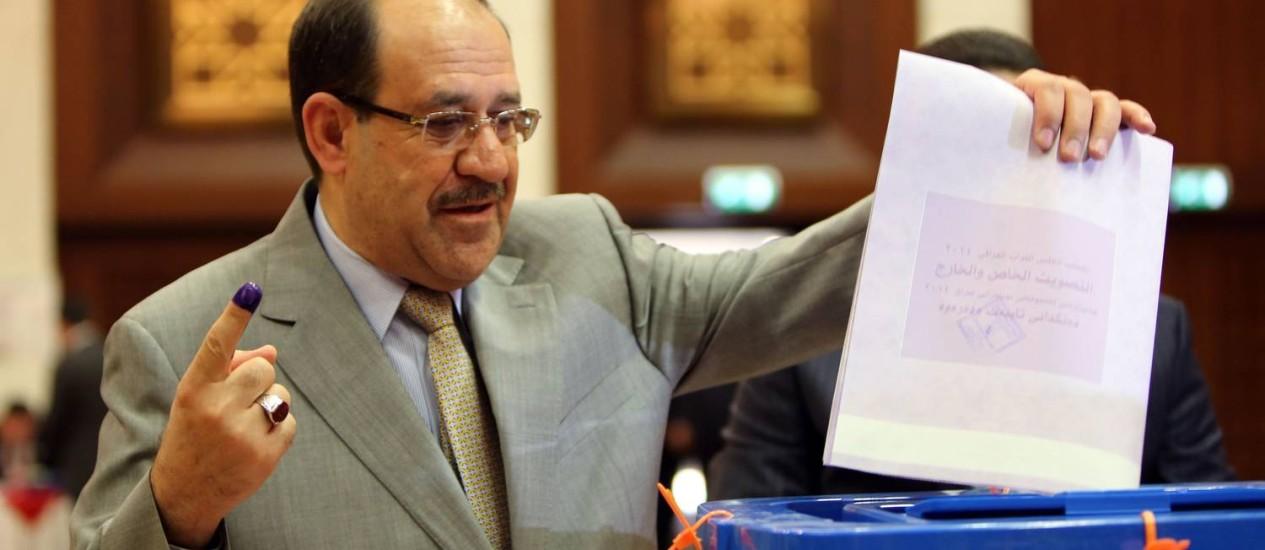 O premier iraquiano, Nuri al-Maliki, durante votação no fim de abril, em seção eleitoral em Bagdá Foto: ALI AL-SAADI / AFP