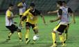 Pedro Ken passa por Dakson no treino do Vasco em Teresina