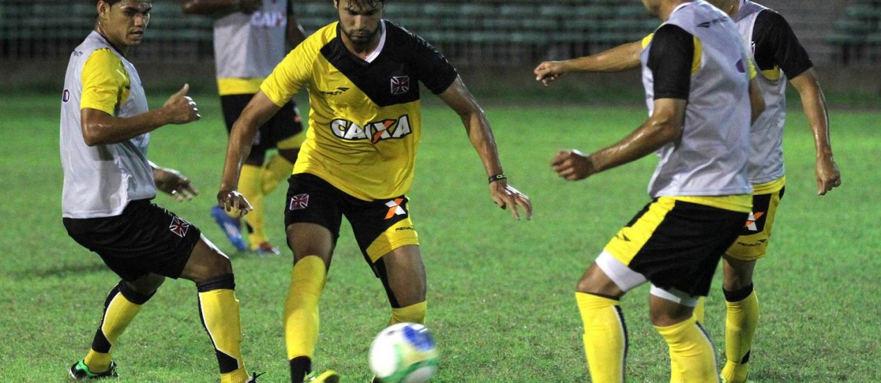 Pedro Ken passa por Dakson no treino do Vasco em Teresina Foto: Divulgação / Vasco