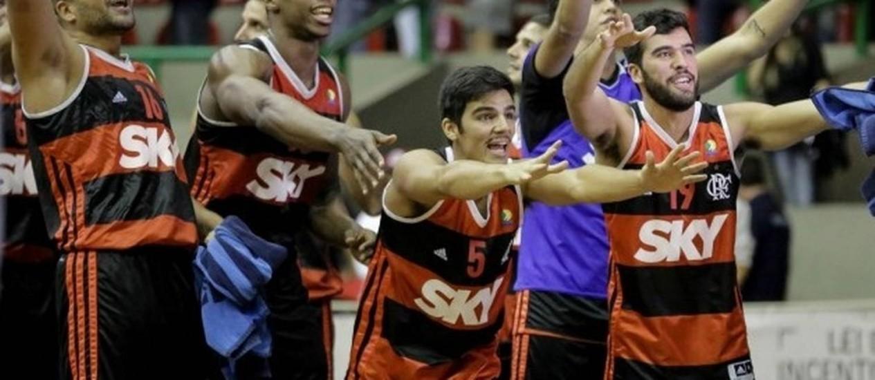Jogadores do Flamengo comemoram a vitória sobre o Mogi e a classificação para a final do NBB Foto: Divulgação/LNB
