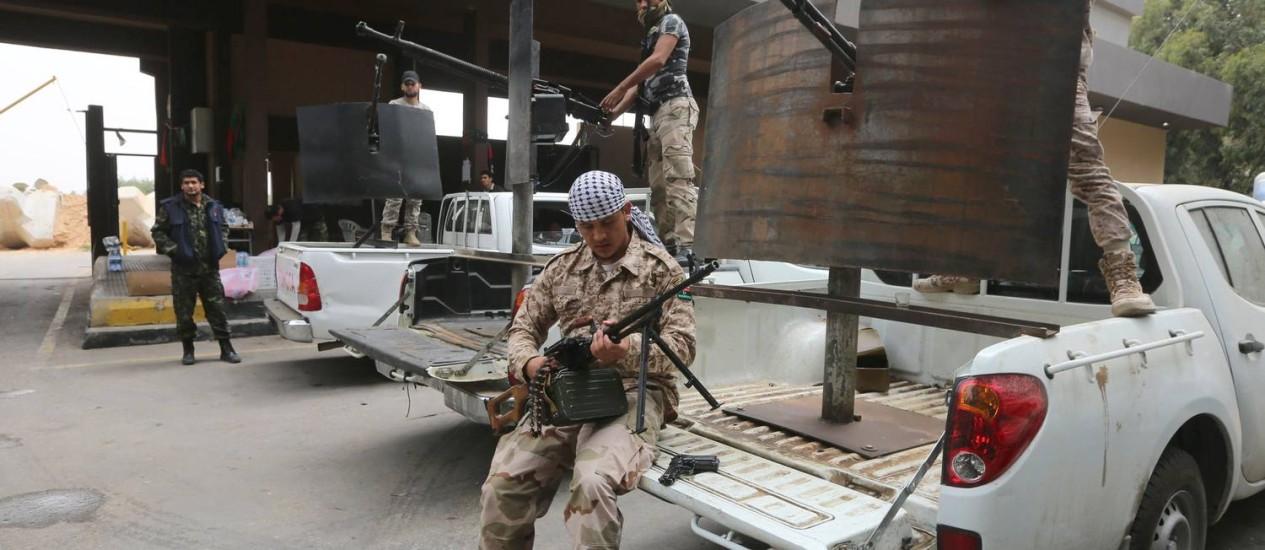 Ex-rebeldes agora integrados ao Exército da Líbia protegem uma das entradas da capital, Trípoli, após ofensiva do general Khalifa Haftar Foto: MAHMUD TURKIA/AFP