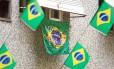 Na Rua Honório de Barros, no Flamengo, há decoração a favor e contra a Copa