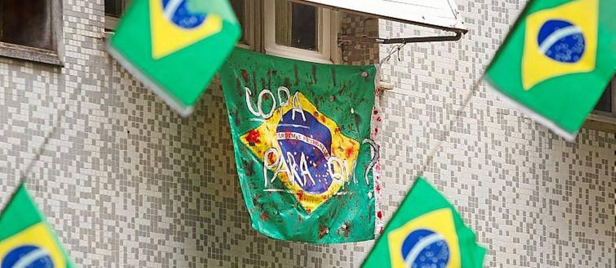 Na Rua Honório de Barros, no Flamengo, há decoração a favor e contra a Copa Foto: Márcia Foletto / Márcia Foletto