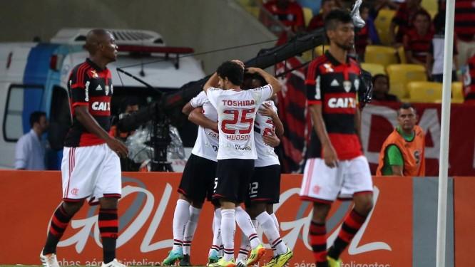 A desolação de Samir e Léo Moura na derrota para o São Paulo Foto: Rafael Moraes / Agência O Globo