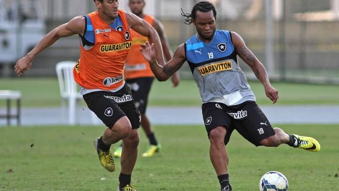 Carlos Alberto tenta drilblar Rodrigo Souto no treino do Botafogo Foto: Divulgação / Botafogo