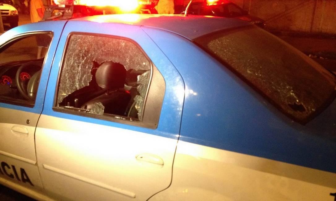 Carro da Polícia Militar com diversas perfurações, após perseguição a bandidos na Avenida Brasil Foto: / Divulgação