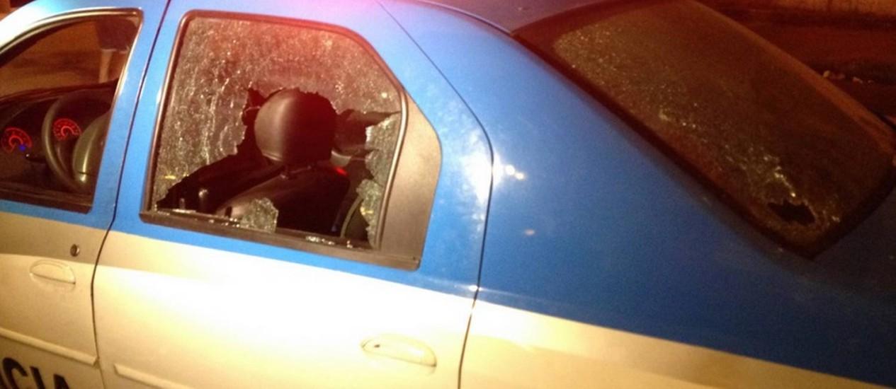 Carro da Polícia Militar com diversas perfurações, após perseguição a bandidos na Avenida Brasil Foto: Divulgação