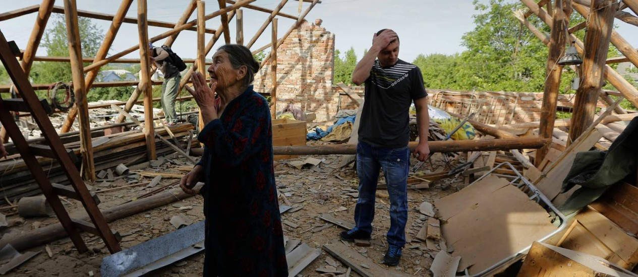 Uma série de casas sofreu graves danos após bombardeio em uma área residencial de Slaviansk, no Leste do país Foto: YANNIS BEHRAKIS / REUTERS