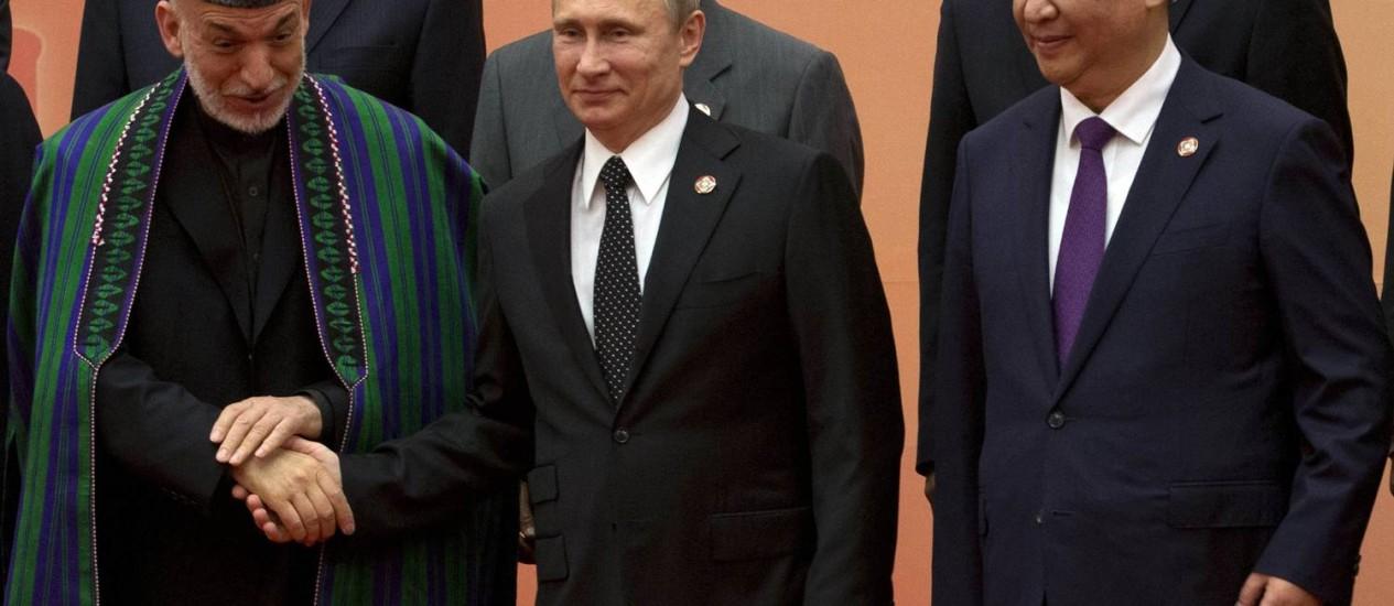 Presidentes da Rússia, Vladimir Putin, do Afeganistão, Hamid Karzai (à esq.), e da China, Xi Jinping (à dir.), se reúnem para foto de grupo durante conferência de países asiáticos em Xangai Foto: POOL / REUTERS