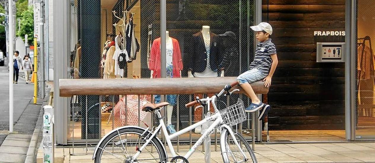 Menino brinca em Daikanyama, o bairro mais descolado de Tóquio Foto: Claudia Sarmento / O Globo