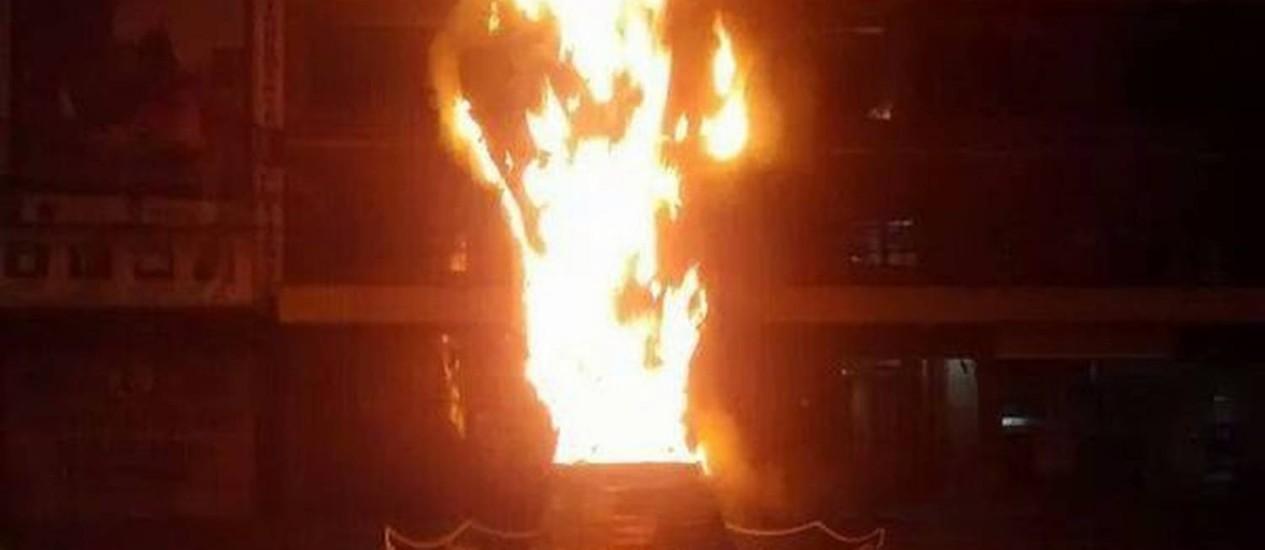 Réplica da taça da Copa do Mundo em Teresópolis pegou fogo Foto: Foto do leitor Luiz Fernando Ferreira