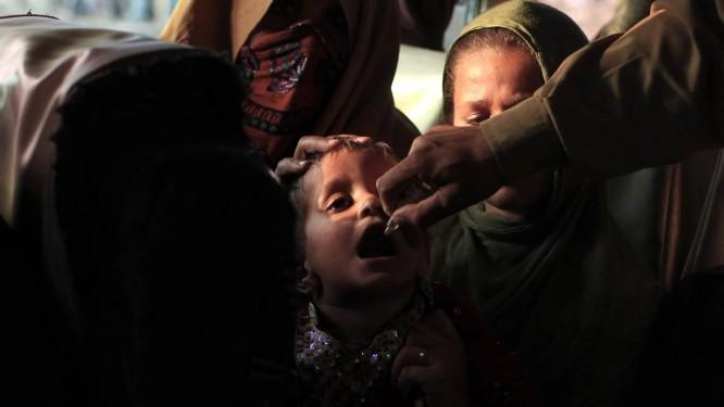Menina paquistanesa é vacinada contra poliomelite durante campanha em uma parada de ônibus Foto: STRINGER/PAKISTAN / REUTERS