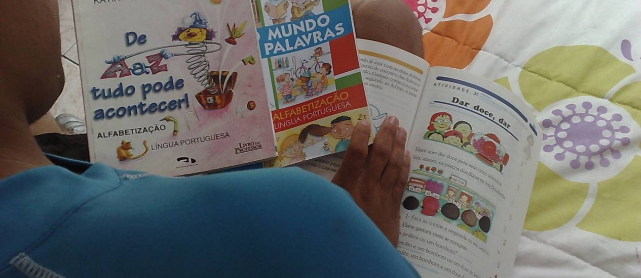 Após grande demanda por serviços nos primeiros meses do ano, produção de livros didáticos desacelerou em março Foto: Isabella Guerreiro / Agência O Globo